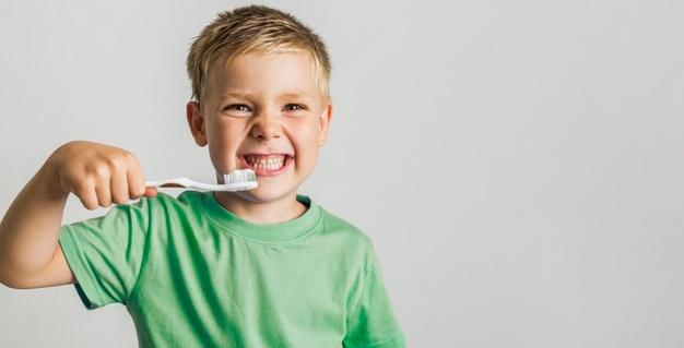 G:\photo\cute-young-boy-holding-toothbrush_23-2148301003.jpg